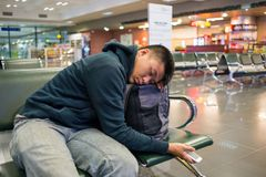 Zmęczony mężczyzna dosypianie przy lotniskiem fotografia royalty free