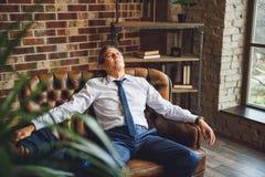 Zmęczony mężczyzna ma niektóre odpoczywać Zdjęcia Stock