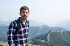 Zmęczony mężczyzna przy wielkim murem Chiny Zdjęcia Stock