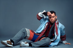 Zmęczony męski konsument po odzieżowej sprzedaży fotografia royalty free