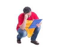 Zmęczony męski sprzedawca robi inwentarzowi Fotografia Royalty Free