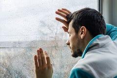 Zmęczony młodego człowieka cierpienie od ostrego bólu, męski narkoman przy rehab kliniką obrazy royalty free