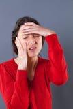 Zmęczony młodej kobiety cierpienie, mienie jej głowa dla migreny Fotografia Stock