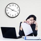 Zmęczony młody bizneswoman Zdjęcie Stock