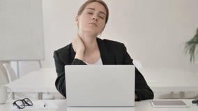 Zmęczony Młody bizneswoman Próbuje Relaksować szyja ból zbiory wideo