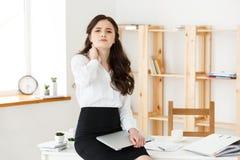 Zmęczony młody bizneswomanu cierpienie od długiego czasu obsiadania przy komputerowym biurkiem w biurze Zdjęcie Stock