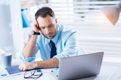 Zmęczony pracownik patrzeje kwotę praca i uczucie nieszczęśliwi Zdjęcia Stock
