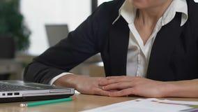 Zmęczony pracownika spadać uśpiony na stole, przemęczenia skołowanie, zadania zmęczenie zbiory wideo