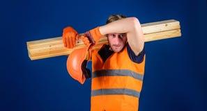 Zmęczony robotnika pojęcie Mężczyzna wyciera pot od czoła w hełmie i ochronnych rękawiczkach, błękitny tło cieśla Obraz Royalty Free