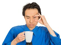 Zmęczony spada uśpiony młody biznesmen trzyma filiżankę kawy fotografia royalty free