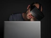 Zmęczony uzależniony mężczyzna technologia używać rzeczywistości wirtualnej słuchawki zdjęcia stock