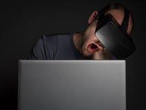 Zmęczony uzależniony mężczyzna technologia używać rzeczywistości wirtualnej słuchawki fotografia stock
