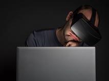 Zmęczony uzależniony mężczyzna technologia używać rzeczywistości wirtualnej słuchawki obrazy stock