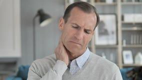 Zmęczony W Średnim Wieku mężczyzna Próbuje Relaksować szyja ból zbiory