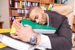 Zmęczony wzburzony mężczyzna w biurze fotografia stock