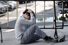 Zmęczony zaakcentowany Azjatycki biznesowego mężczyzna nakrywkowy czoło z rękami zdjęcia royalty free
