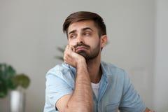 Zmęczony zanudzający mężczyzna patrzeje w odległości, czuć gnuśny, brak motywacja zdjęcia royalty free