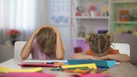 Zmęczonych dzieci spada uśpiony siedzieć przy biurkiem, znojna poza szkolne edukacja zbiory