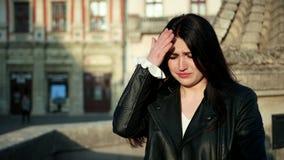 Zm?czona kobiety migrena Portret wzburzona dziewczyny macania głowa z ręką w ulicie Zakończenie w górę zaakcentowanej dziewczyny  zdjęcie wideo