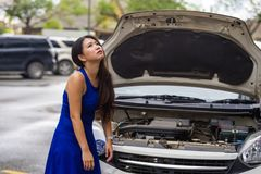 Zmartwiona Azjatycka Japońska kobieta w stresie splatał na ulicznym poboczu z samochodową awarią silniką ma mechanik problemową p obrazy stock