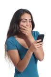 Zmartwiona nastolatek dziewczyna patrzeje mądrze telefon Zdjęcia Royalty Free
