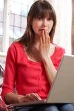 Zmartwiona Przyglądająca kobieta Używa laptop Zdjęcia Stock