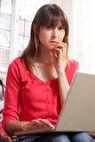 Zmartwiona Przyglądająca kobieta Używa laptop Fotografia Stock