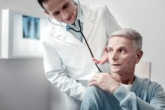 Zmartwiona stara męska kładzenie ręka na choroby ramieniu zdjęcie stock