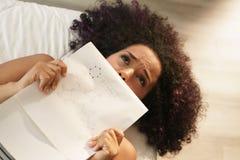 Zmartwiona Studencka studiowanie chemia Dla szkoły wyższa pracy domowej zdjęcie royalty free