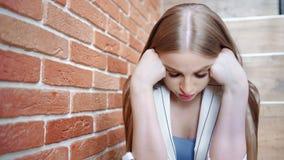 Zmartwiona wzburzona młodej kobiety mienia głowa krzywdzi i strata ręcznie czuciowy środek w górę zbiory wideo