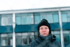 Zmartwiona zaniepokojona poważna kobieta za połączenia ogrodzeniem obraz royalty free