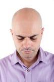 Zmartwiony łysy mężczyzna patrzeje w dół. obrazy royalty free