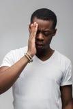 Zmartwiony afroamerican facet czuje smutnego i skołatanego Zdjęcie Stock