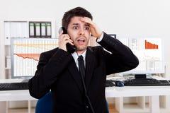 Zmartwiony akcyjny makler na telefonie Obraz Stock