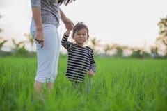 Zmartwiony azjatykci dziecko w irlandczyków ryż Obrazy Royalty Free
