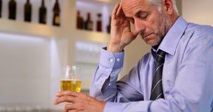 Zmartwiony biznesmen pije piwo po pracy zbiory