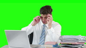 Zmartwiony biznesmen używa laptop przy biurkiem zdjęcie wideo