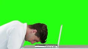 Zmartwiony biznesmen używa laptop przy biurkiem zbiory