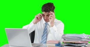 Zmartwiony biznesmen używa laptop przy biurkiem zbiory wideo