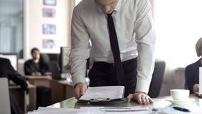 Zmartwiony biznesmena czytania kontrakt, sp?czenie strat? firma doch?d, raport obraz royalty free