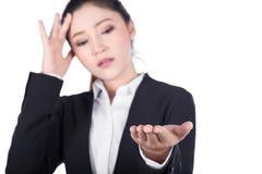 Zmartwiony biznesowej kobiety ręki otwarty mienie coś odizolowywający na w Fotografia Stock