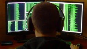 Zmartwiony i gniewny hacker jest wzburzony i zaakcentowany Kryminalnego hackera sieci drążący system od jego ciemnego hackera pok Zdjęcia Stock