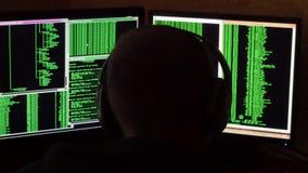 Zmartwiony i gniewny hacker jest wzburzony i zaakcentowany Kryminalnego hackera sieci drążący system od jego ciemnego hackera pok Obrazy Royalty Free