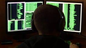 Zmartwiony i gniewny hacker jest wzburzony i zaakcentowany Kryminalnego hackera sieci drążący system od jego ciemnego hackera pok Fotografia Royalty Free