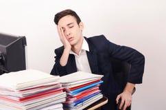Zmartwiony i zmęczony biznesowy mężczyzna z mnóstwo pracą. obraz royalty free