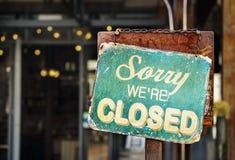 Zmartwiony jesteśmy zamykającym szyldowym obwieszeniem na zewnątrz restauraci, sklep, obraz stock