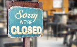 Zmartwiony jesteśmy zamykającym szyldowym obwieszeniem na zewnątrz restauraci, sklepem, biurem lub inny, obrazy royalty free