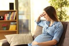 Zmartwiony kobieta w ciąży w domu
