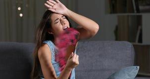 Zmartwiony kobiety cierpienia upału uderzenie patrzeje ciebie zdjęcie wideo