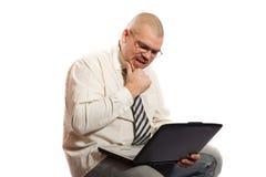 Zmartwiony mężczyzna patrzeje komputer Zdjęcia Royalty Free
